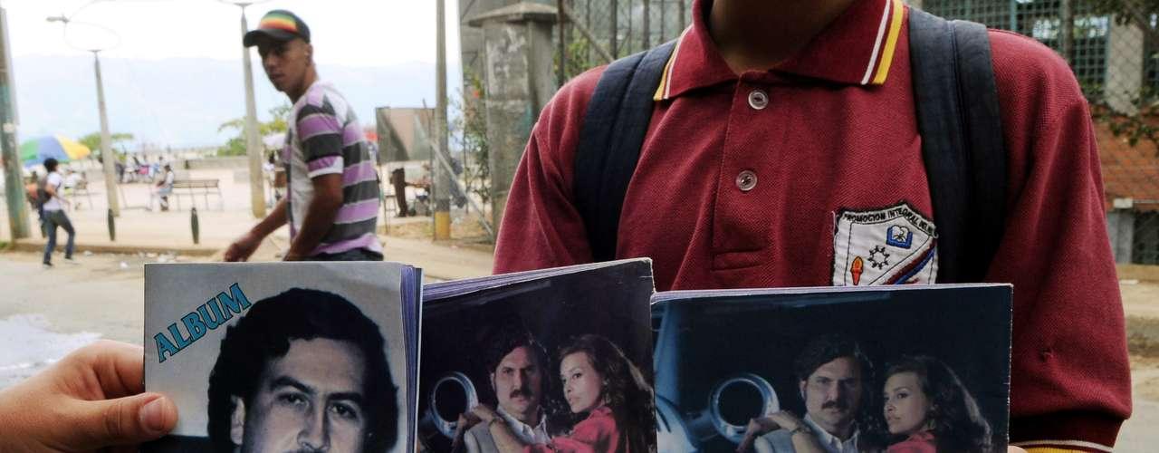 El álbum, de impresión modesta, reproduce imágenes de los actores de la serie con fotografías de Escobar. En la portada sale la foto del capo cuando comenzaba a meterse a la política mientras que en el interior se ven los hipopótamos que se fugaron de la hacienda Nápoles después de que el capo muriera. Asimismo el cuadernillo mezcla imágenes de la serie de televisión en la que se ve al actor que encarna a Escobar vestido de Pancho Villa y abrazando a su amante Angie Cepeda, la actriz que interpreta a la diva Virginia Vallejo.