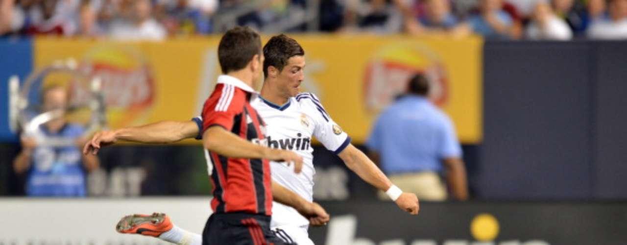 Cristiano disparta de zurda ante el intento de Bonera por taparle. Así llegó la segunda anotación del portugués.