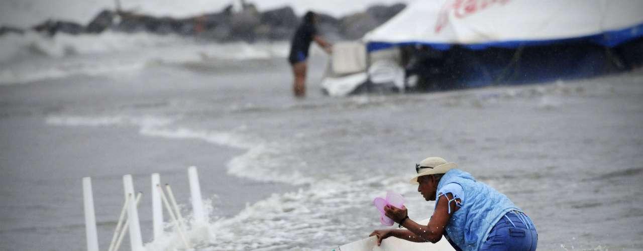 Con tantas comunidades pequeñas asentadas en las laderas de las montañas de esos estados, a las autoridades les preocupa la posibilidad de que se registren inundaciones y deslizamientos de tierra.Soldados y policías estatales han evacuado tres comunidades en Los Tuxtlas debido a la crecida de los ríos y arroyos, llevando a los habitantes a refugios de emergencia. Personas en dos barrios del pueblo de Alvarado también fueron reubicadas temporalmente debido a las inundaciones luego de que se intensificaron las lluvias en todo el estado.
