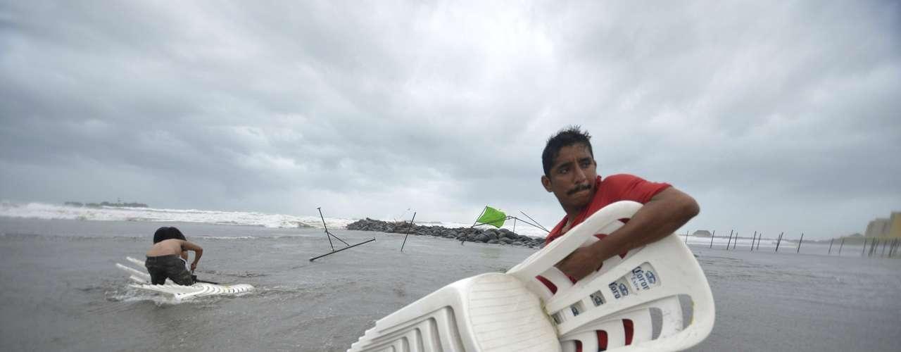 El Centro Nacional de Huracanes de Estados Unidos informó que los vientos sostenidos de la tormenta se habían reducido a unos 80 kph (50 mph) tras tocar tierra firme. Se había convertido en huracán poco antes de tocar tierra la noche del martes cerca del puerto de cruceros de Majahual, pero se debilitó al atravesar la península. Después volvió a salir a las aguas en el Golfo de México el miércoles por la noche.El vórtice de la tormenta se ubicaba a unos 88 kilómetros (55 millas) al oeste de Coatzacoalcos el jueves por la tarde, y se movía hacia el oeste a 17 kph (10 mph). Representaba una amenaza de inundaciones.El CNH informó que se espera que Ernesto produzca lluvias de hasta 38 centímetros (15 pulgadas) en algunas partes de la zona montañosa de Veracruz, Tabasco, Puebla y Oaxaca, antes de debilitarse y disiparse en un día o dos.