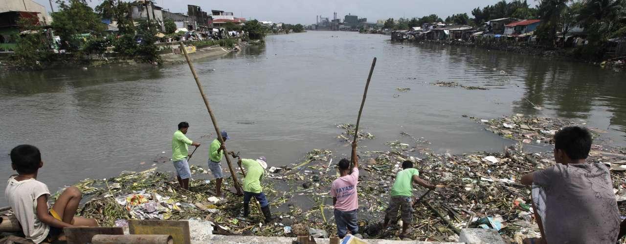 En la capital filipina, las inundaciones han remitido casi por completo debido a la ausencia de precipitaciones en las últimas 24 horas, al tiempo soleado, a los trabajos de los equipos de limpieza y de decenas de voluntarios, que redoblan esfuerzos para quitar de las calles toneladas de basura que fueron arrastradas por la riada.