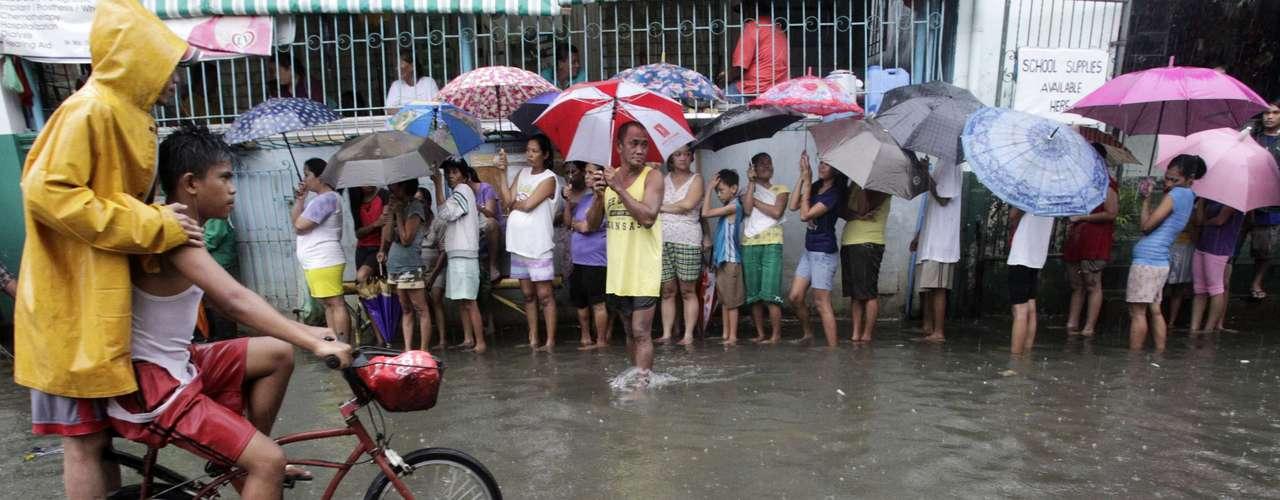 Las autoridades filipinas elevaron este viernes a 60 el número de muertos causados por las inundaciones que remiten lentamente en Manila y otras provincias del norte del archipiélago tras dejar casi 2 millones y medio de afectados.