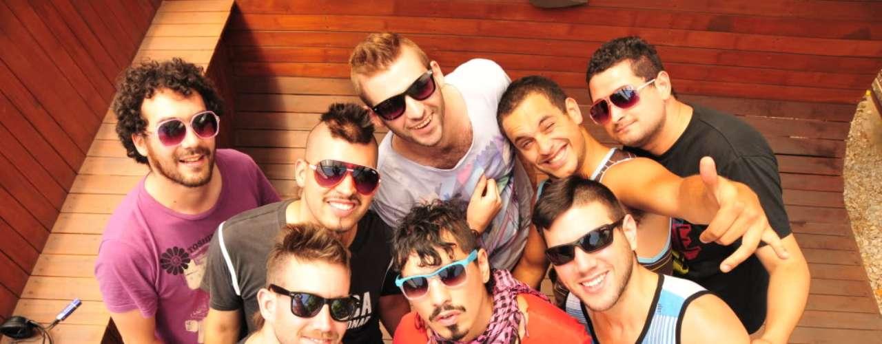 Villa Cariño: Encausados en la ola de la nueva cumbia chilena, Villa Cariño se formó en 2008 con una marcada influencia de la cumbia villera argentina. Desde entonces, son pieza recurrente en fiestas y compilados bailables.