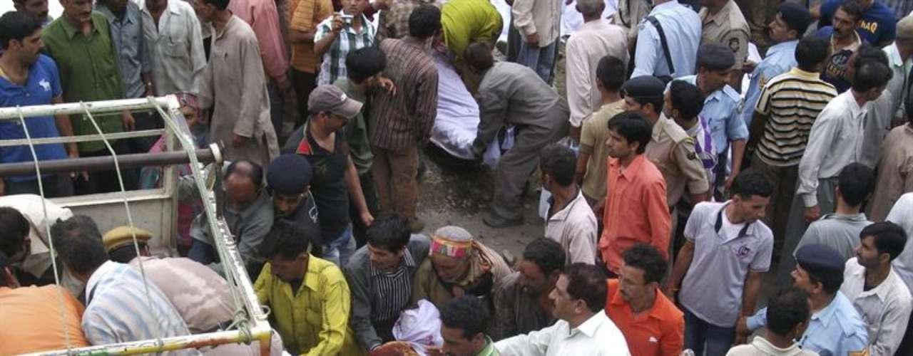 Los equipos de rescate trasladan a los heridos para brindarles ayuda profesional.