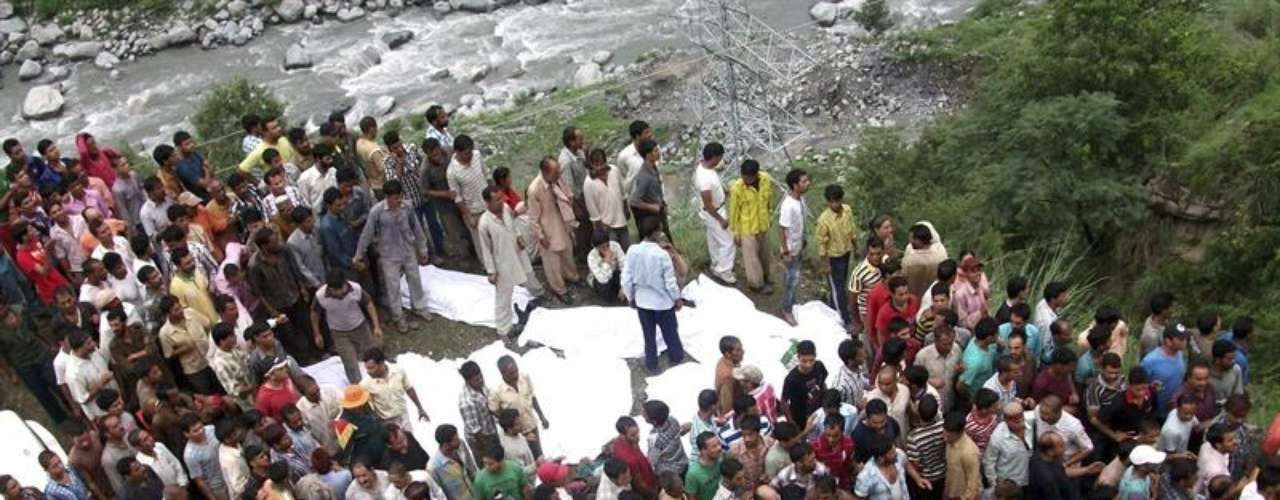 Los equipos de rescate se aglomeran en el lugar del accidente en la India.