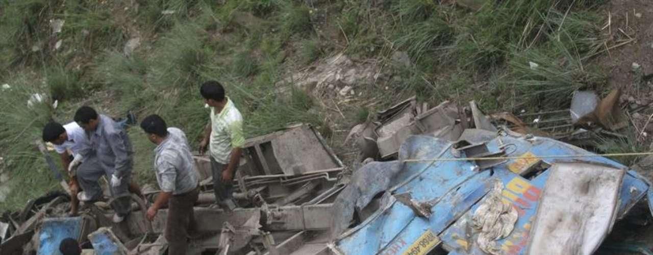 Al menos 51 personas murieron y 46 resultaron heridas este sábado al precipitarse un autobús por un barranco de 300 metros.