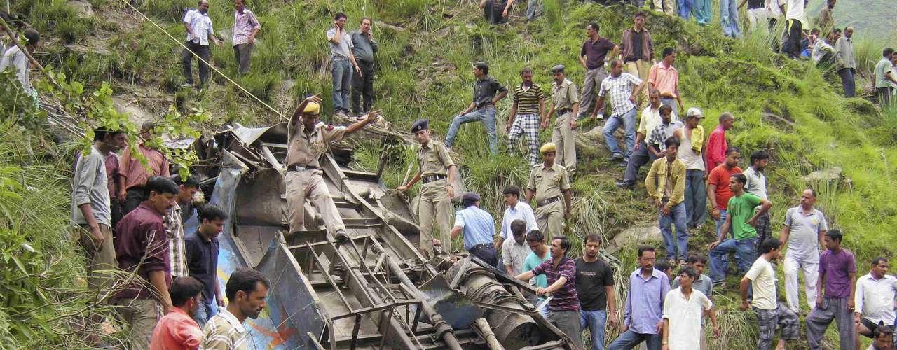 Cerca de 50 personas han muerto en el accidente que se producido cuando un bus se dirigía a Chamba y se precipitó por una ladera.