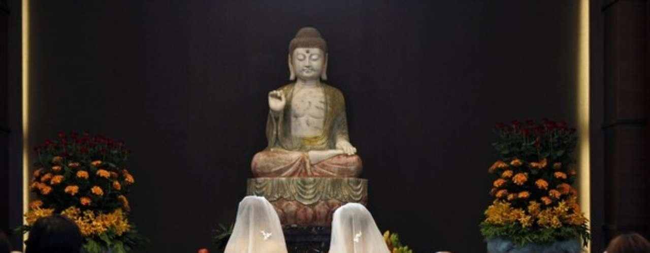 Cerca de 300 fieles recitaron los sutras en honor a la pareja.
