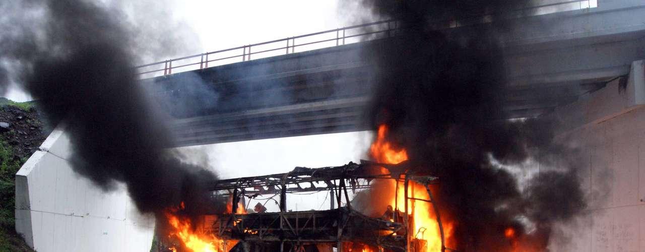 Un camión transportador de automóviles fue incinerado por delincuentes en Apatzingan (México).