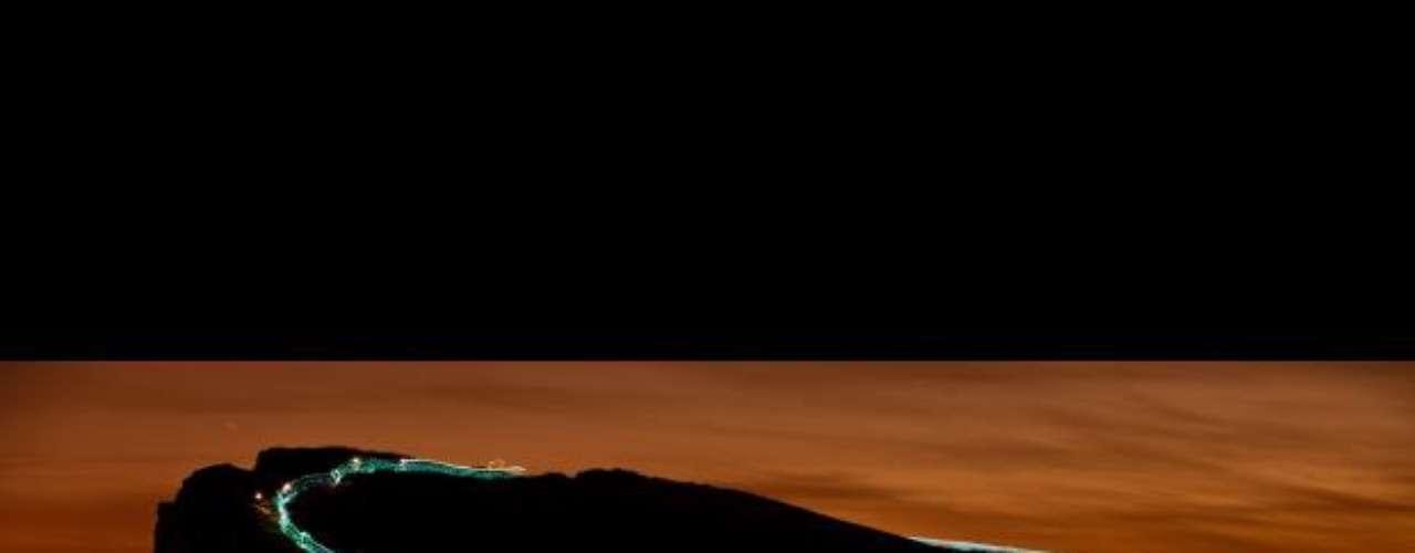 Cientos de corredores se prepararon para la Carrera de la luz. Ataviados en trajes negros luminosos, la competencia consiste en iluminar los monumentos naturales de la zona, creando efectos de luz a medida que los corredores se van abriendo camino hacia La Silla de Arturo, en Edimburgo, Escocia.