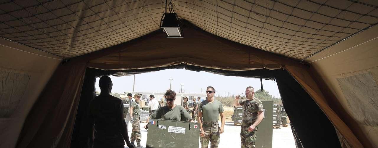 Un equipo de médicos y enfermeros franceses se ha instalado en el hospital militar para prestar sus servicios.