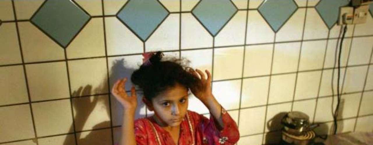 El gesto y los ojos de esta niña que levanta los brazos ante la atenta mirada de soldados estadounidenses concentran el drama civil de la guerra de Irak. \