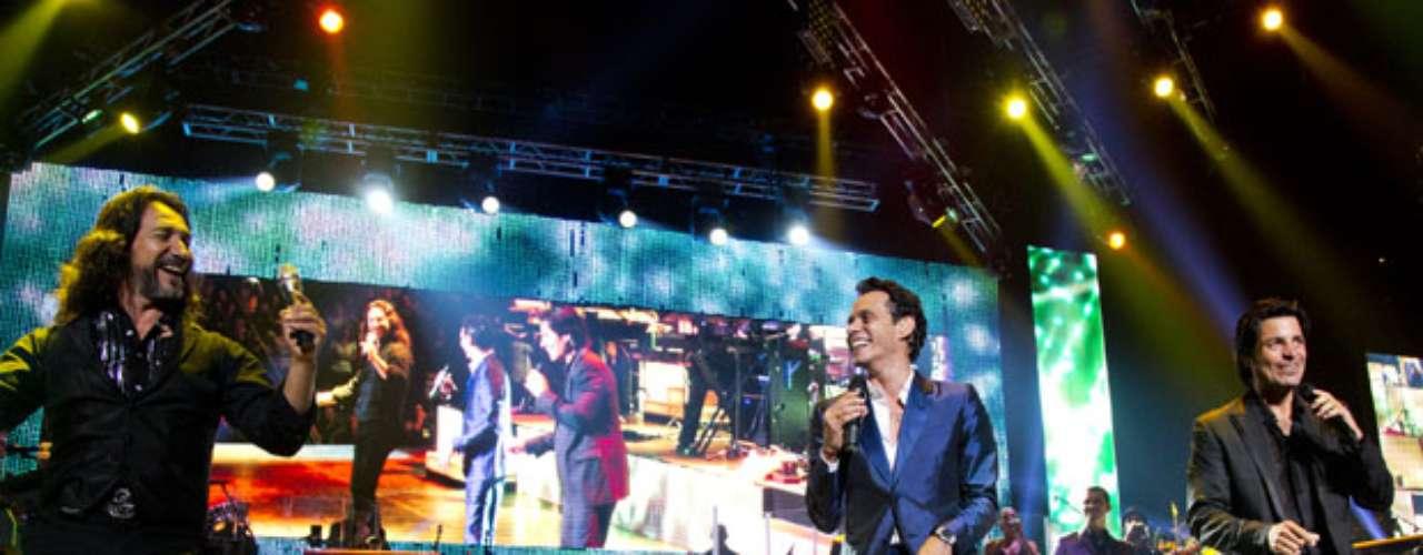 Los tres grandes de la música se meten a la fanaticada en el bolsillo, apoyados en un espectáculo de luces con bailarinas y coristas.