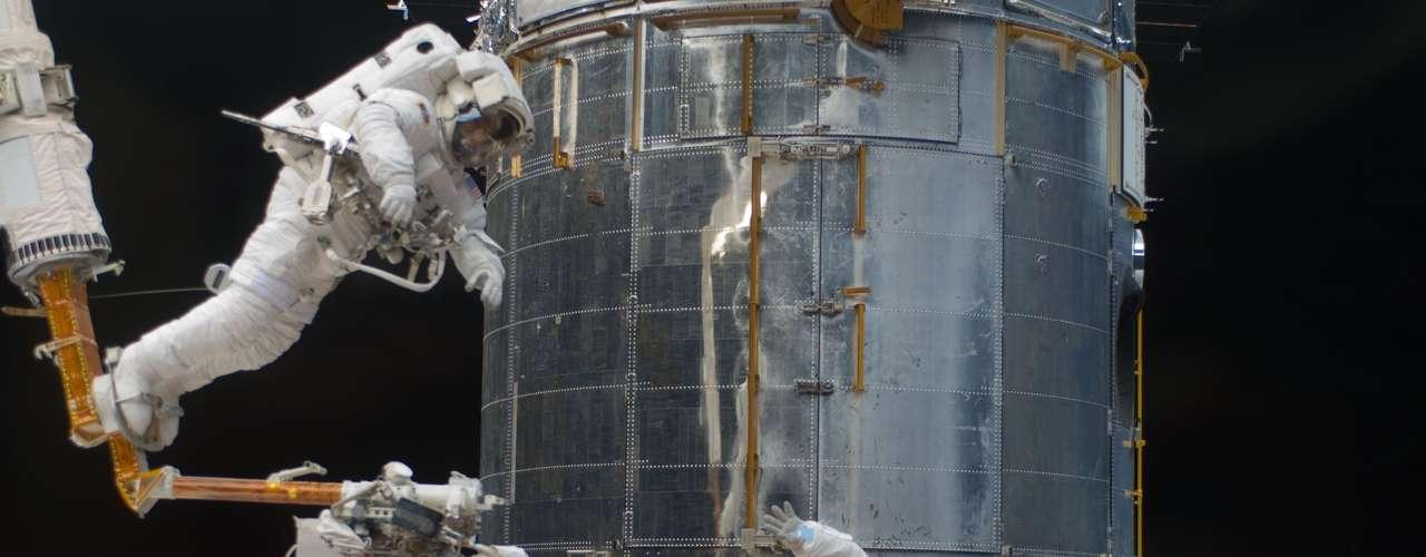 7. Se espera que en el futuro sea posible solucionar sin contratiempos las fallas durante una travesía a Marte con el envío de muros de agua que permitirá que los astronautas sobrevivan. ¿De qué hablan los científicos? La idea es construir un sistema de soporte vital inspirado en la naturaleza. Este sistema sustituirá complicados sistemas mecánicos con células pasivas que transferirán los fluidos mediante ósmosis. Se eliminará el CO2 (dióxido de carbono), se revitalizará el oxígeno reciclando la orina, se tratarán los residuos sólidos y se logrará el crecimiento de algas mediante este proceso que servirán para alimentar a los astronautas en caso de que se queden sin comida.