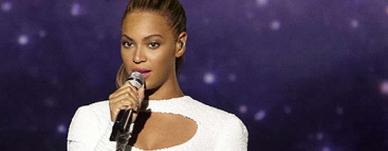 La esposa de Jay-Z actuó frente a centenares de personas, entre ellas Julia Stiles, la cantante de R&B The-Dream y la compositora Diane Warren, que escribió el tema que cantó Beyoncé.