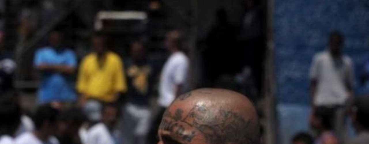 Las maras se dedican a todo tipo de negocios ilegales: robos, extorsión, secuestro, venta de droga, venta de armas, inmigración ilegal y tráfico de personas. El consumo de drogas de sus miembros es casi habitual, desde pegamentos y marihuana hasta las sustancias más duras.