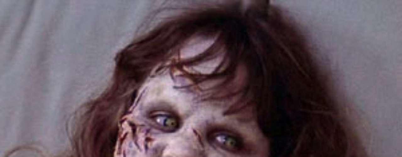 'El exorcista'. Estrenada en cines en 1973 fue descrita como la película más aterradora de todos los tiempos. 'El exorcista' fue prohibido en muchas ciudades y países por ser una cinta aterradora, pero también, por motivos religiosos. En el Reino Unido, El exorcista no estuvo disponible hasta 1990. En este caso las escenas no fueron violentas pero causaron pánico en el público.