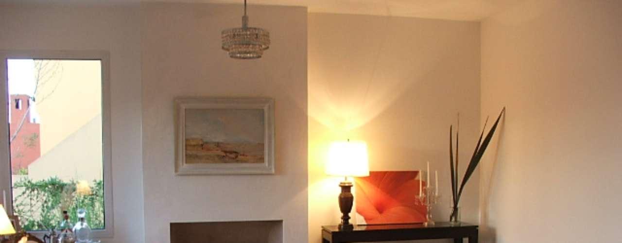 Sentirnos cómodos y a gusto en los ambientes de nuestro hogar es fundamental. Renovar la decoración del living, espacio multifuncional donde pasamos largas horas en familia y recibimos a nuestros invitados, es viable y puede ser sencillo.