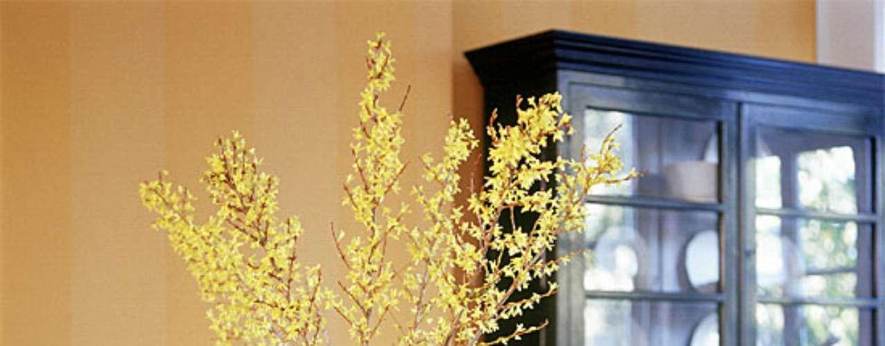 Introducí la frescura del jardín al interior de tu hogar, colocando un ramo de flores silvestres en un rústico jarrón. También podés optar por un cesto de mimbre.