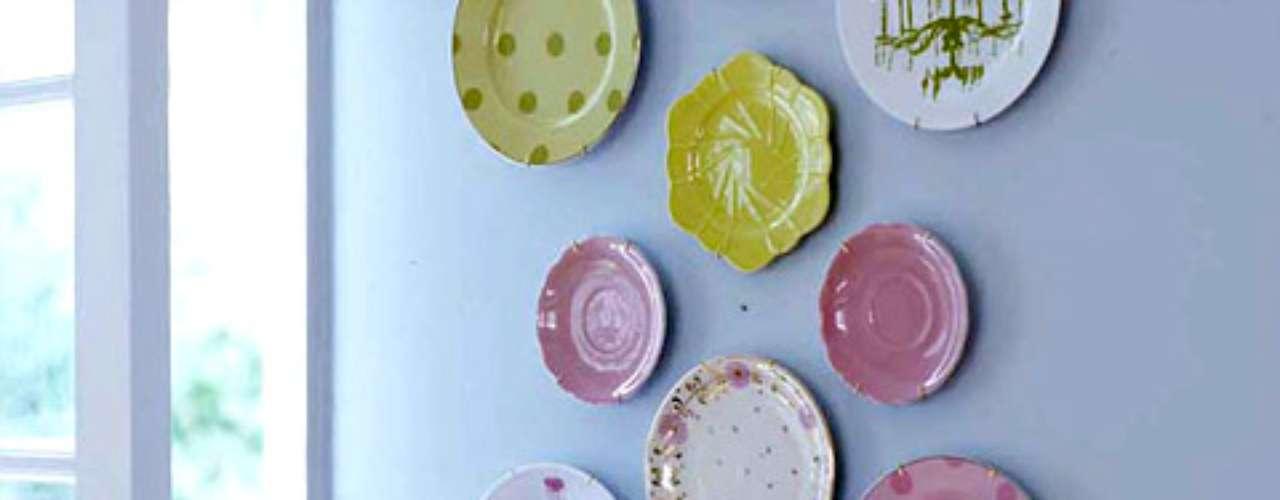 Da vida a una pared colgando platos antiguos que ya no uses o de algún juego incompleto, bandejas plateadas o espejos de distintas formas o tamaños. Al reunir objetos comunes, que encontramos en el hogar, es posible formar una agradable colección que cautive la curiosidad y la atención.