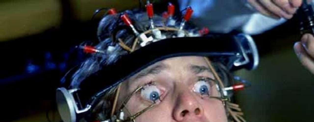 'Clockwork Orange' (La naranja mecánica). Del director Stanley Kubrick, la cinta está basada en una novela de Anthony Burgess. Para muchos es una cinta de culto, pero generó gran controversia debido a las fuertes escenas que se pueden ver en la cinta. La película estuvo nominada a cuatro premios de la academia, pero prohibida en países como Reino Unido y los EE.UU. Tras el relanzamiento con una versión a la cual se le cortaron 30 segundos, la película se permitió con clasificación X en los EE.UU.
