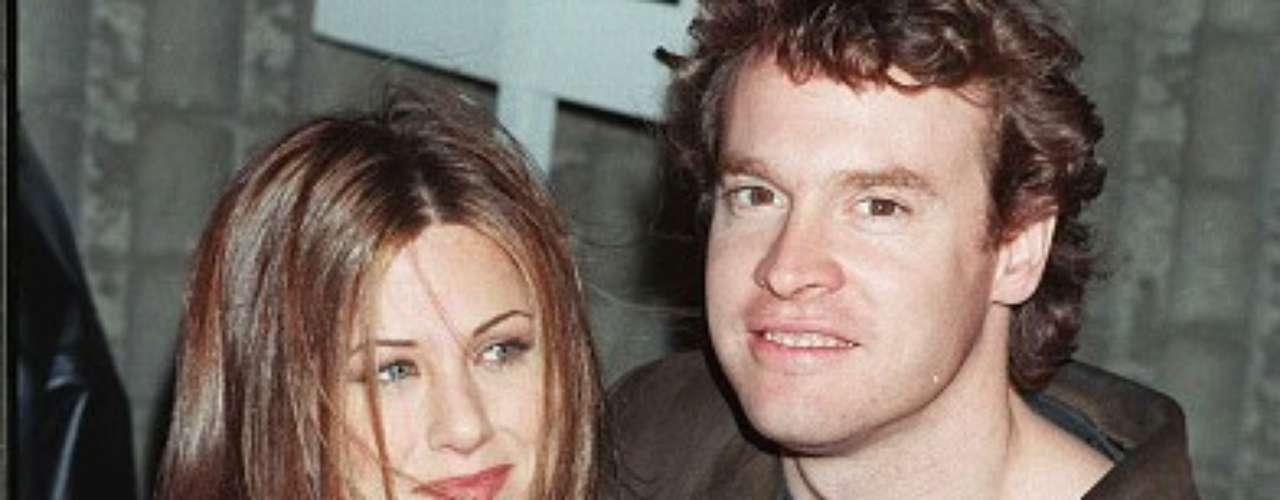 Tate Donovan -1995. Jennifer salió con el actor durante tres años manteniendo una linda y estable relación; incluso, en la serie Friends, Tate interpretó al novio de Rachel, personaje que realizaba Aniston.  Al parecer la pareja estuvo comprometida pero este rumor terminó cuando finalizaron su relación en 1998.