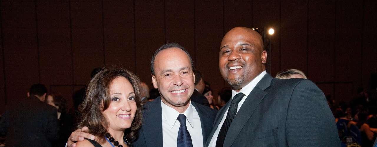 Durante la gale del evento, en la que particparon figuras como el congresista Luis Gutiérrez (al centro en la foto) intercambió los objetivos de PepsiCo.