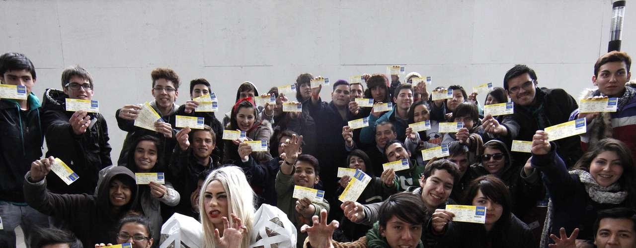 Después de largas horas de espera y pasar la noche a las afueras del Centro Cultural GAM, decenas de fanáticas y fanáticos de Lady Gaga obtuvieron las entradas con las que podrán ver a su ídola, por primera vez en Chile, el próximo 20 de noviembre en el Estadio Nacional.