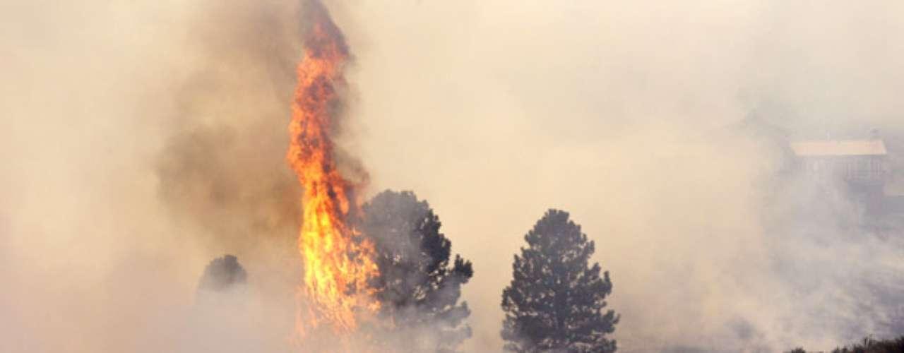 El capitán Joe Seemiller, de Bomberos y Rescate del Condado de Kittitas, indicó que las rachas de vientos obstaculizaban a los bomberos en Washington. \