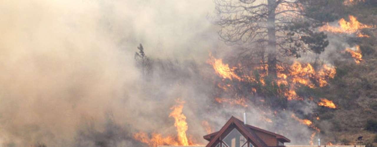 En el estado de Idaho, una bombera fue muerta el domingo por la caída de un árbol mientras ayudaba a sofocar un incendio cerca del poblado de Orofino, informó el Servicio Forestal federal. En Idaho se reportan 12 incendios forestales. También hay partes de bosques en llamas en los estados de Utah y California.