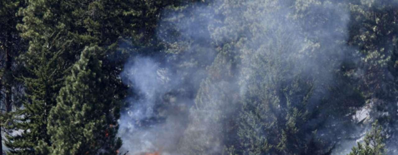 Los incendios forestales también atormentan a los propietarios de casas en Washington, Oregon y California, debido a que las áridas condiciones mantienen a los equipos contra incendios más ocupados de lo normal en la región.