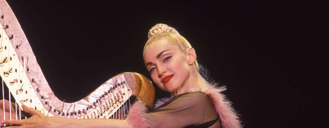 Fue el coreógrafo Christopher Flynn quien agudizó el instinto artístico de Madonna, y quien la inició en los sacrificios que exigía el dedicarse a ello profesionalmente.