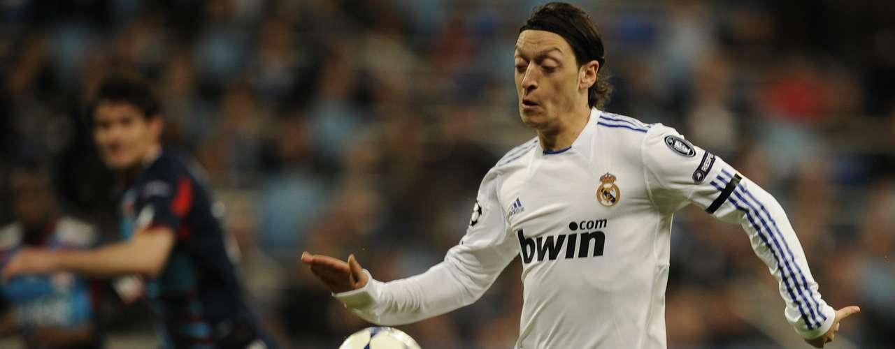 El jugador Mesut Özil, que se sitúa entre los 10 mejores según la UEFA, continuará peleando con el Real Madrid por conservar el título de Liga.