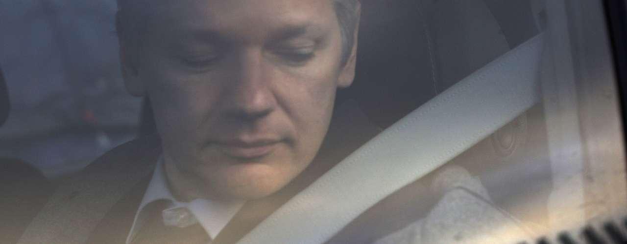 Y es que Assange solicitó el 18 de agosto de 2010 un permiso de trabajo y residencia en Suecia porque consideraba a este un país defensor de los Derechos Humanos. Sin embargo, la Dirección de Migración Sueca rechazó su solicitud.