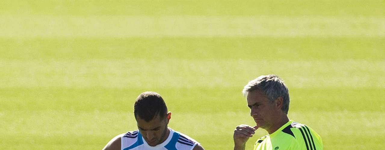 Real Madrid coach Jose Mourinho (R) stands next to Karim Benzema during a training session at Real Madrid's training grounds in Valdebebas, outside Madrid, August 16, 2012.   REUTERS/Susana Vera (SPAIN - Tags: SPORT SOCCER)