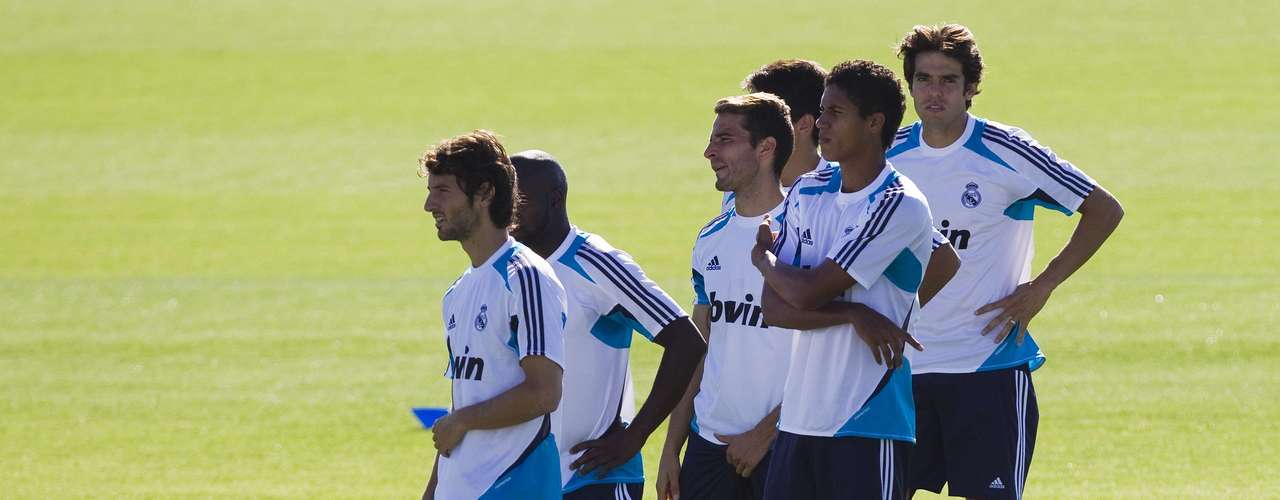 Kaka (R) waits for his turn behind his team mates during a training session at Real Madrid's training grounds in Valdebebas, outside Madrid, August 16, 2012.   REUTERS/Susana Vera (SPAIN - Tags: SPORT SOCCER)