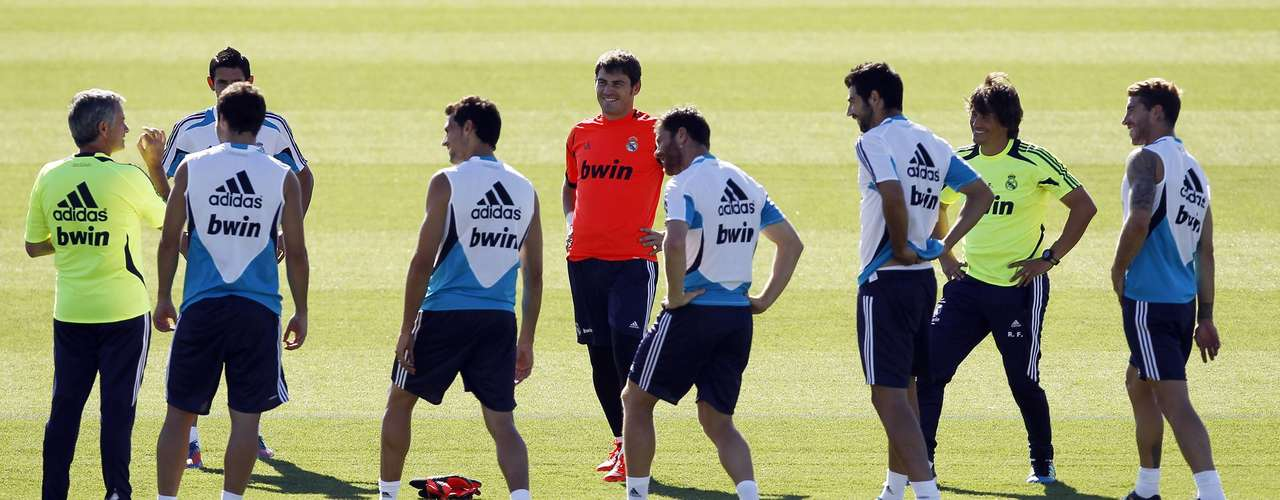 Coach Jose Mourinho (L) talks to his players during a training session at Real Madrid's training grounds in Valdebebas, outside Madrid, August 16, 2012.    REUTERS/Susana Vera (SPAIN - Tags: SPORT SOCCER)