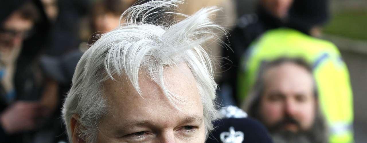 Esta decisión perjudica las relaciones entre ambos países, pues Assange era buscado por las autoridades británicas para enviarlo de regreso a Suecia, donde está acusado por delitos sexuales.  Por esto, Inglaterra insistió en que está determinado a arrestarlo, mientras el ex pirata informático busca la forma de llegar a Ecuador