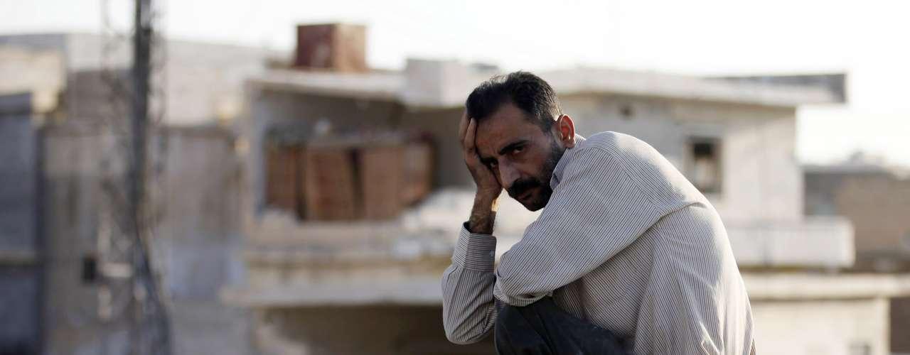 Un hombre observa desolado el paisaje de Asaz tras el bombardeo de la fuerza aérea siria.