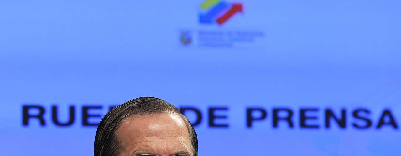 Mientras el canciller ecuatoriano Ricardo Patiño sostuvo que 'es una decisión soberana y protegida por el derecho internacional, de tal manera que no tiene ningún sentido que esto implique el rompimiento de relaciones\