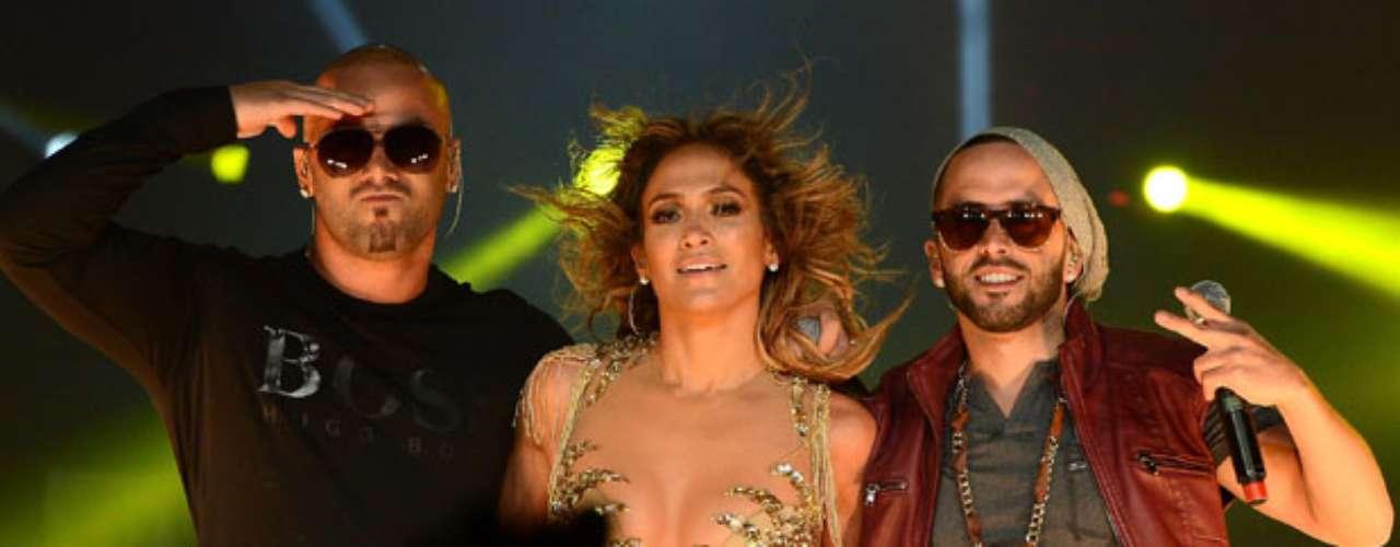 En el picante show, la acompañaron Wisin y Yandel a cantar el hit \