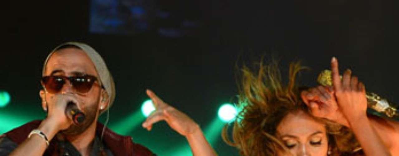 Muy sensual, J. Lo meneó las pompas para Yandel, al tiempo que se armaba una verdadera fiesta en el Staples Center.