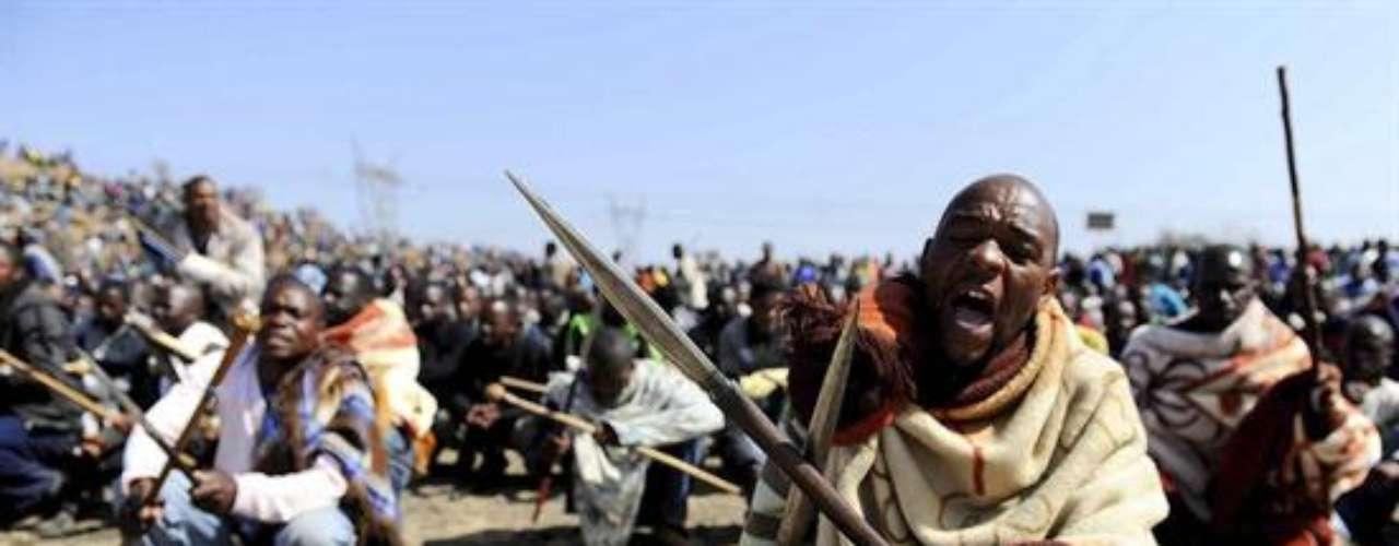 Cerca de 3.000 trabajadores, en huelga desde el pasado viernes, se habían hecho fuertes en una colina, armados con lanzas, machetes y armas de fuego, junto a la mina de Marikana.