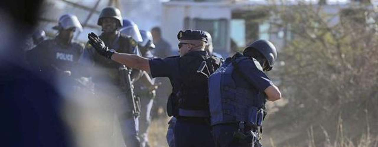 La comisaria, que admitió haber sido ella quien dio la orden para usar la fuerza, mostró vídeos grabados por la Policía en los que supuestamente se ve cómo los manifestantes abrían fuego contra agentes desplazados al lugar del conflicto.