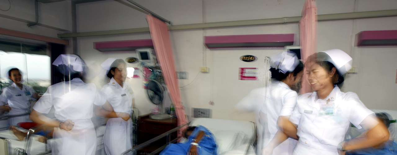 Fotografía disponible este 17 de agosto de 2012 muestra una imagen a baja velocidad de enfermeras tailandesas practicando un baile como parte del proyecto \