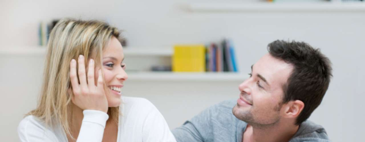 Si tu pareja comparte contigo sus problemas y éxitos laborales quiere decir que te tiene en cuenta en su vida como a un socio o a un miembro de su equipo. Esto es porque la carrera es una parte fundamental de su identidad y te toma en serio.