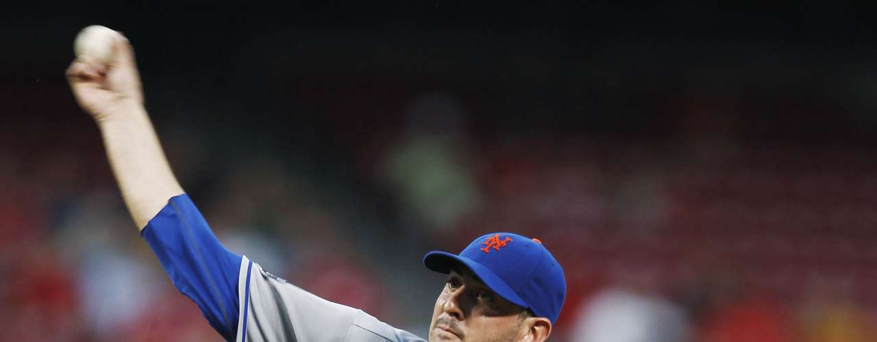 New York Mets starting pitcher Matt Harvey  delivers a pitch to the Cincinnati Reds.