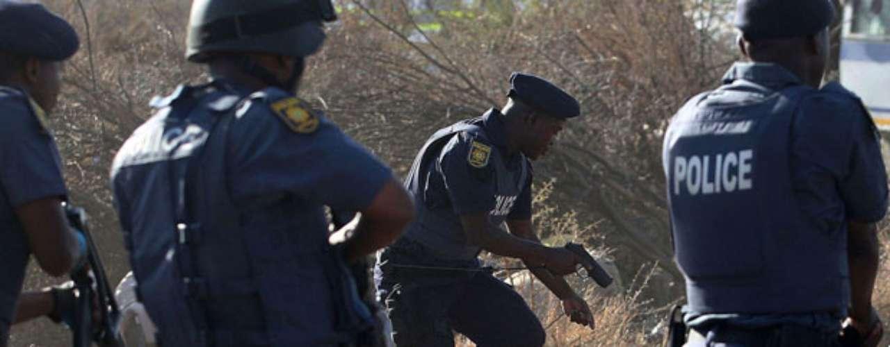 La Policía abrió fuego contra los manifestantes que lograron traspasar el cordón de seguridad, en respuesta a disparos efectuados por los trabajadores, según la versión policial.