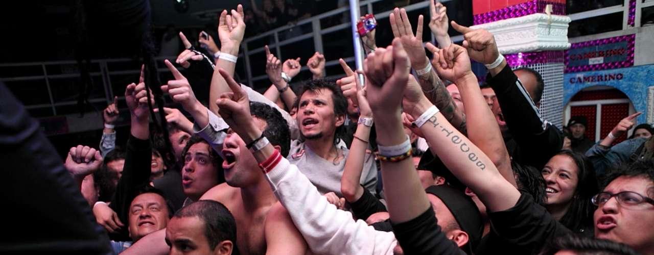 Su presentación en Bogotá en el marco de su tour 2012 estuvo cargada de pata, puño y sonidos demoledores que encantaron al público asistente.