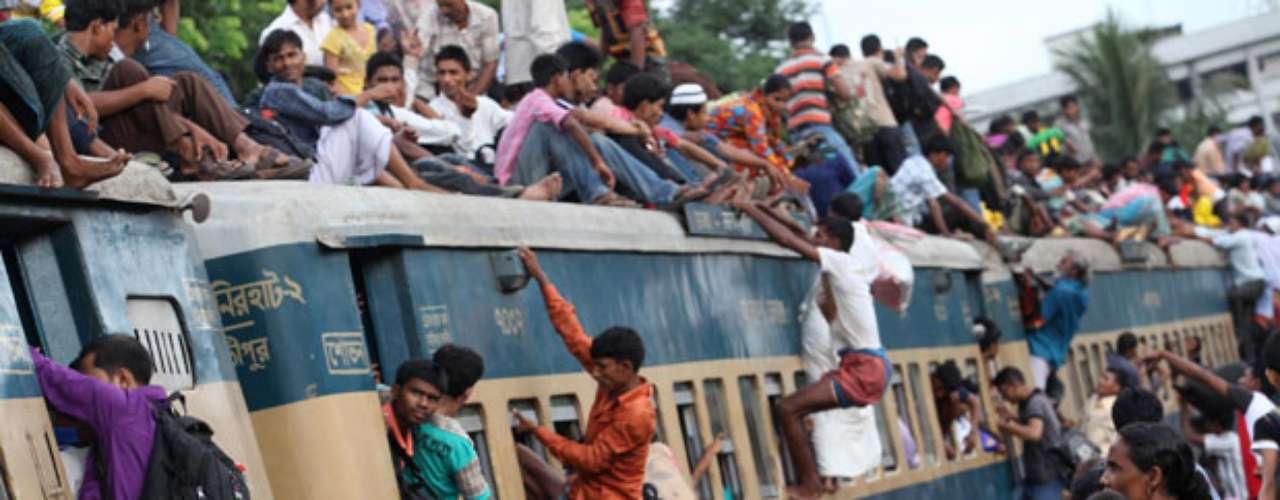 Docenas de personas se suben al techo de un tren lleno para regresar a sus pueblos y participar de las celebraciones del festival Eid al-Firt con el que finaliza el Ramadán en Dhaka, Bangladesh.